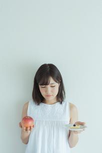 ダイエットをする女性の写真素材 [FYI01814736]