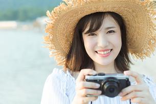 カメラを持った女性の写真素材 [FYI01814752]