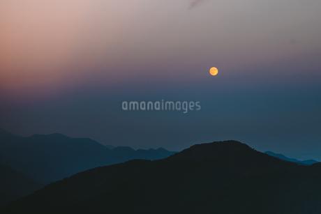 夕焼けに浮かぶ月の写真素材 [FYI01814760]