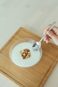 ヨーグルトを食べる女性の写真素材 [FYI01814764]