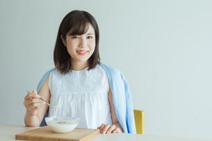 ヨーグルトを食べる女性の写真素材 [FYI01814765]