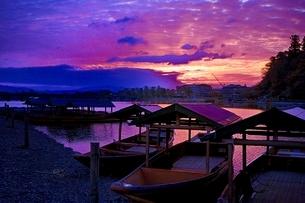 夜明けの嵐山の写真素材 [FYI01814780]