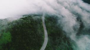 雲海に飲み込まれる山道の写真素材 [FYI01814781]