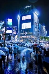 雨の夜に混雑する渋谷スクランブル交差点の写真素材 [FYI01814808]