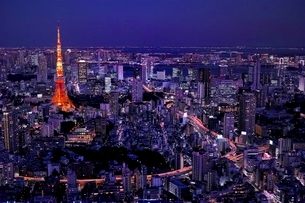 六本木ヒルズから見る東京タワーの夜景の写真素材 [FYI01814815]