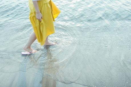 海辺を歩く女性の写真素材 [FYI01814820]