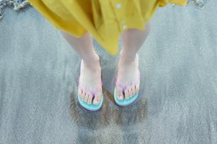 ビーチサンダルを履いた女性の足元の写真素材 [FYI01814822]