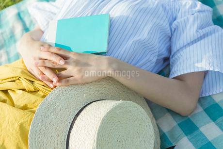 昼寝をする女性の写真素材 [FYI01814872]