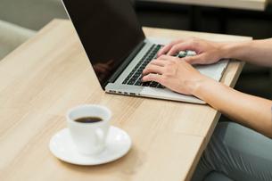 パソコンを操作するビジネスマンの写真素材 [FYI01814919]
