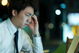 残業をするビジネスマンの写真素材 [FYI01814924]