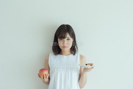 ダイエットをする女性の写真素材 [FYI01814928]