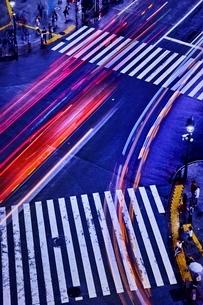 車が通る渋谷スクランブル交差点の写真素材 [FYI01814931]