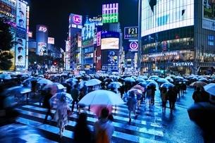 雨の夜に混雑する渋谷スクランブル交差点の写真素材 [FYI01814957]