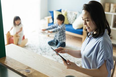 仕事をする女性と男の子の写真素材 [FYI01814974]