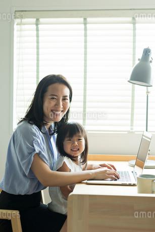 仕事をする女性と女の子の写真素材 [FYI01814993]