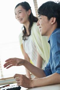 打ち合わせをする笑顔の20代男女の写真素材 [FYI01815013]