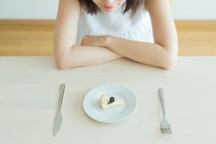 ダイエット中の女性の写真素材 [FYI01815024]