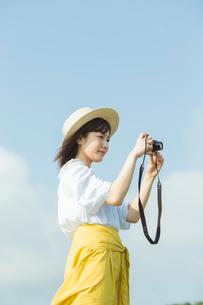 写真を撮る20代女性の写真素材 [FYI01815026]