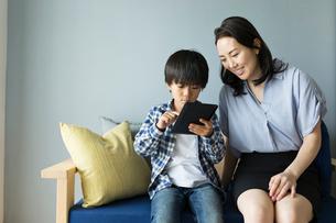 タブレットを操作する女性と男の子の写真素材 [FYI01815034]