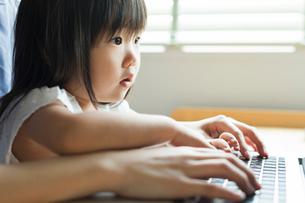 パソコンを操作する女性と女の子の写真素材 [FYI01815049]