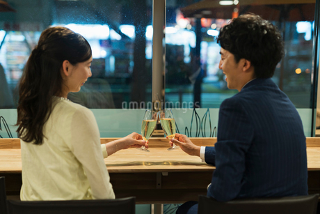 バーで乾杯するカップルの写真素材 [FYI01815050]