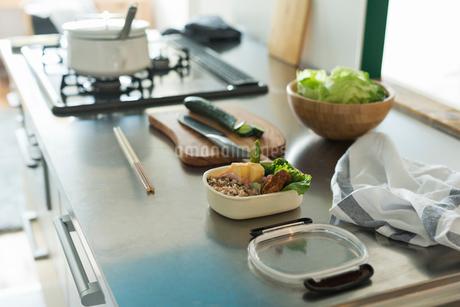 キッチンに置かれたお弁当の写真素材 [FYI01815055]