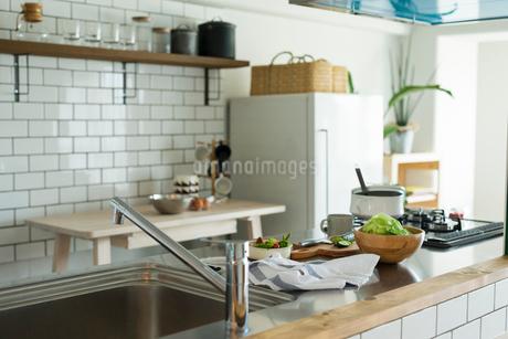 キッチンに置かれた料理の写真素材 [FYI01815058]