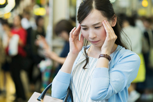 頭痛のビジネスウーマンの写真素材 [FYI01815093]