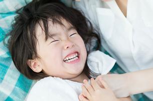 笑顔の女の子の写真素材 [FYI01815099]