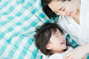 じゃれ合う親子の写真素材 [FYI01815101]