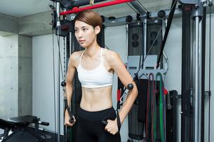 ジムでトレーニングする若い女性の写真素材 [FYI01815103]