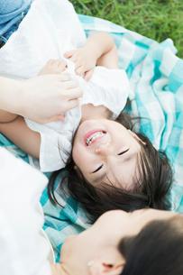 じゃれ合う親子の写真素材 [FYI01815107]