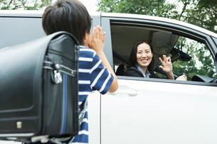 子供を車で送り迎えする女性の写真素材 [FYI01815114]