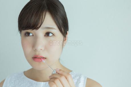 化粧をする20代女性の写真素材 [FYI01815139]