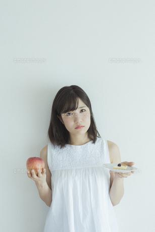ダイエットをする女性の写真素材 [FYI01815148]