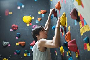 ボルダリングをする若い男性の写真素材 [FYI01815149]