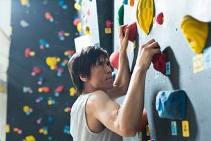 ボルダリングをする若い男性の写真素材 [FYI01815150]