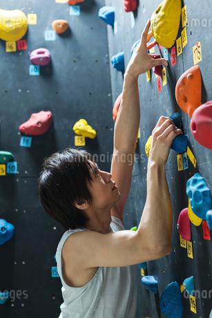 ボルダリングをする若い男性の写真素材 [FYI01815158]
