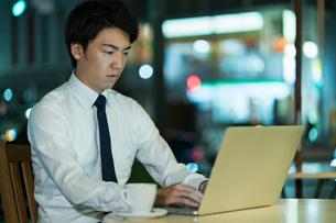 テラスで残業をするビジネスマンの写真素材 [FYI01815163]