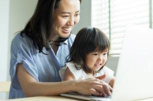 仕事をする女性と女の子の写真素材 [FYI01815166]
