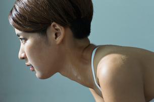ジムで汗をかく若い女性のポートレイトの写真素材 [FYI01815177]