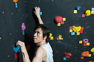 ボルダリングをする若い男性の写真素材 [FYI01815179]