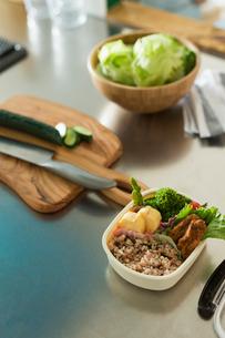 キッチンに置かれたお弁当の写真素材 [FYI01815180]