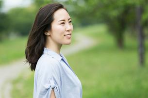 新緑で楽しそうな女性のポートレートの写真素材 [FYI01815189]