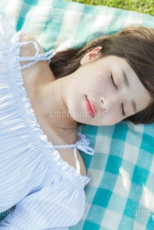 昼寝をする女性の写真素材 [FYI01815190]