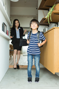 玄関で靴を履く親子の写真素材 [FYI01815195]