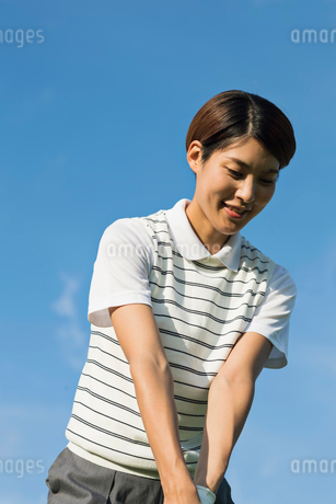 ゴルフをする20代女性の写真素材 [FYI01815201]