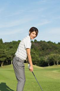 ゴルフをする20代女性の写真素材 [FYI01815204]