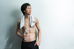 水分補給する汗をかいた若い男性の写真素材 [FYI01815218]