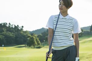 ゴルフをする20代女性の写真素材 [FYI01815231]